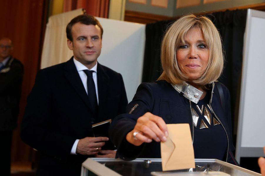 Brigitte Macron vote au Touquet pour le second tour de la présidentielle.