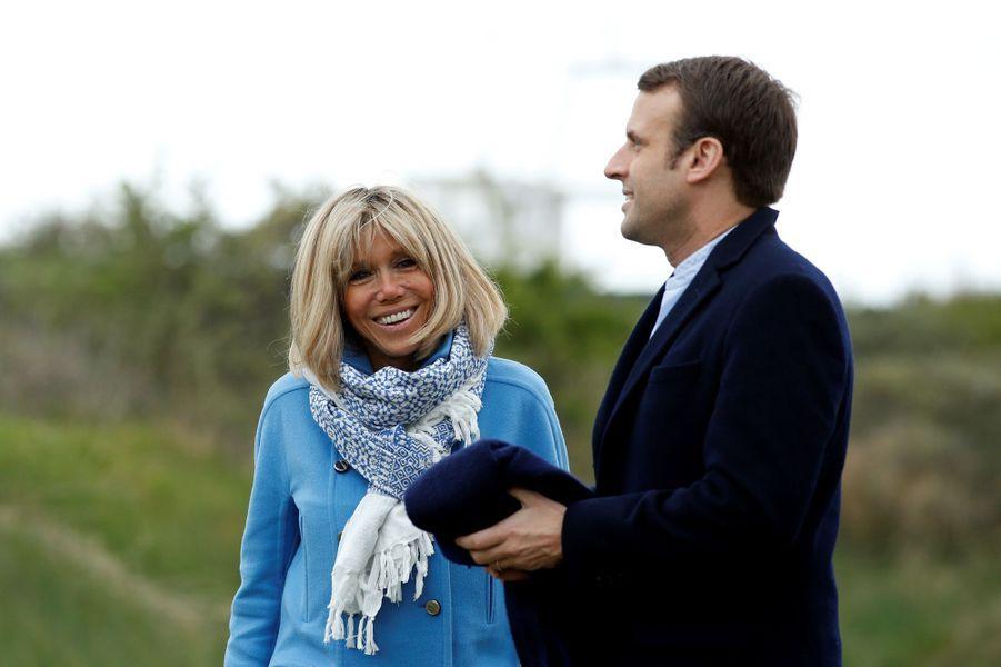 La veille du premier tour de la présidentielle, le couple s'est baladé au Touquet sous l'oeil des photographes.