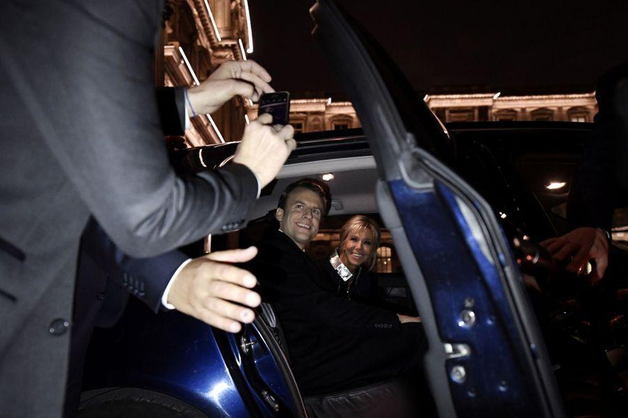 Emmanuel Macron et son épouse Brigitte au Louvre, après les résultats du second tour de la présidentielle.