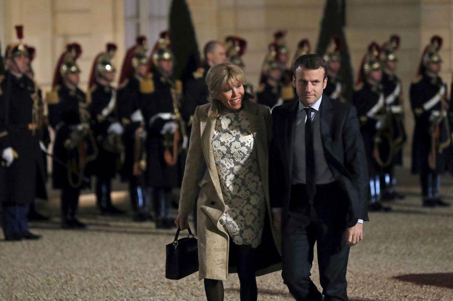 Emmanuel et Brigitte Macron en mars 2016 à l'Elysée lors d'un dîner en l'honneur du roiWillem-Alexanderdes Pays-Bas et de la reine Maxima.