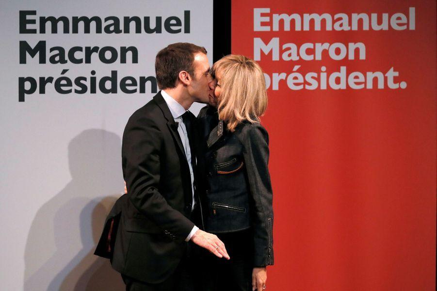 Le couple Macron lors d'une réunion dans le Cadre de la Journée du droit des femmes en mars 2017.