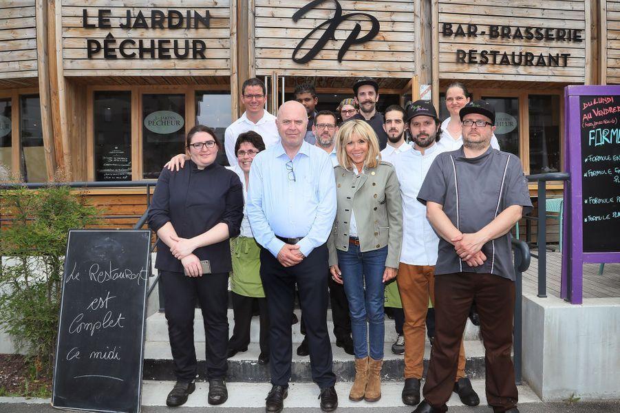 Brigitte Macron au restaurant solidaire «Le Jardin Pêcheur» aux côtés dugérant Pierre Maly (chemise bleue) et de l'équipe.