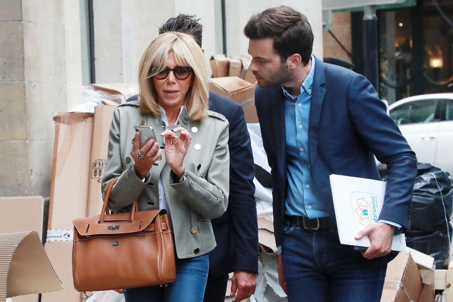 Brigitte Macron jeudi à Bordeaux accompagnée de Tristan Bromet son chef de cabinet.