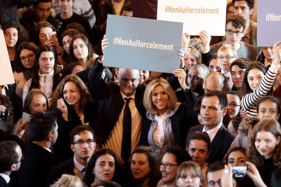 Au milieu des élèves, Jean-Michel Blanquer et Brigitte Macron s'engagent dansla lutte contre le harcèlement à l'école.