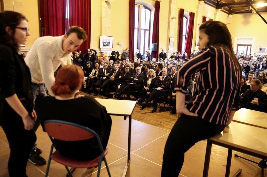 Brigitte Macron et Jean-Michel Blanquer assistent à des saynètes d'improvisation jouées par des élèves afin de dénoncer des situations de harcèlement.