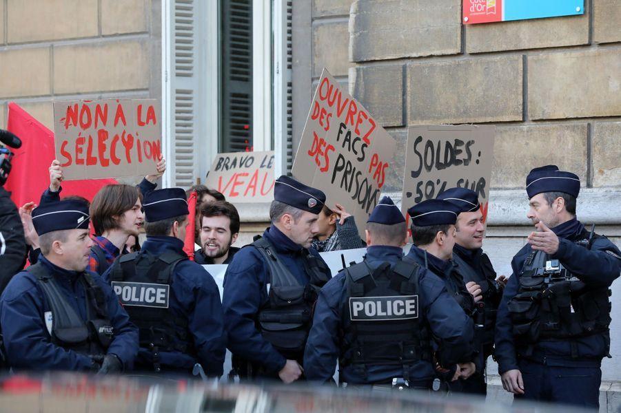 Manifestation en marge du déplacement de Brigitte Macron et Jean-Michel Blanquer.