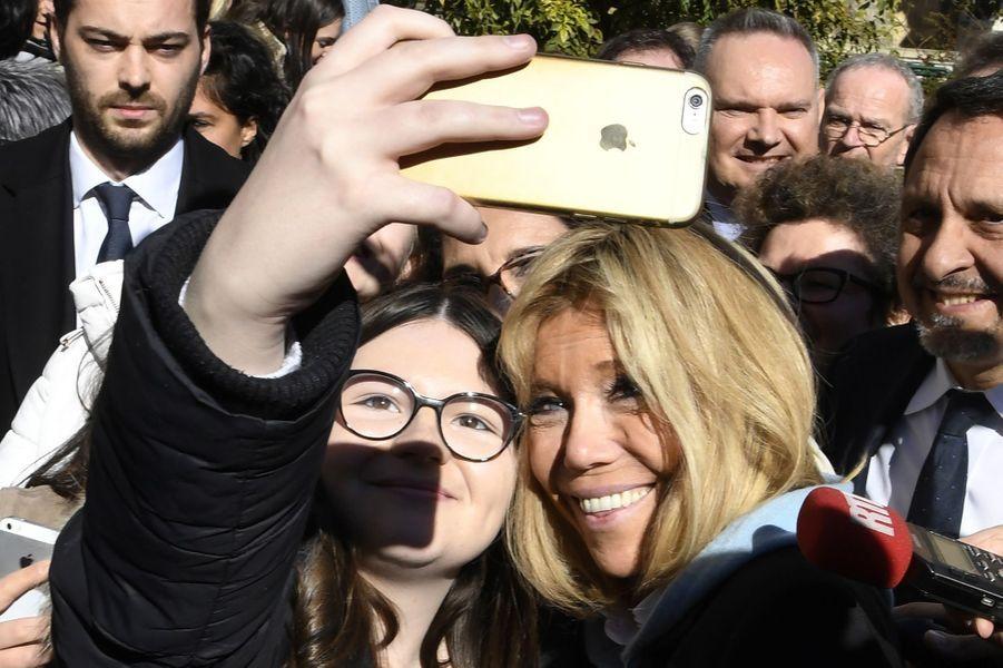 Brigitte Macron à Dijon lors d'une visite d'un lycée organisée autour du harcèlement à l'école.