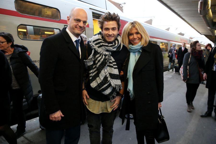 Brigitte Macron et Jean-Michel Blanquer posent avecle Youtubeur Nino Arial, figure de la lutte contre le harcèlement.