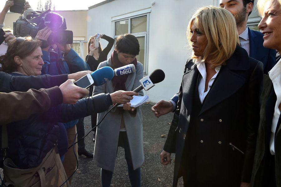 Brigitte Macron et Sophie Cluzel répondent aux journalistes à la sortie de «Loisirs Pluriel».