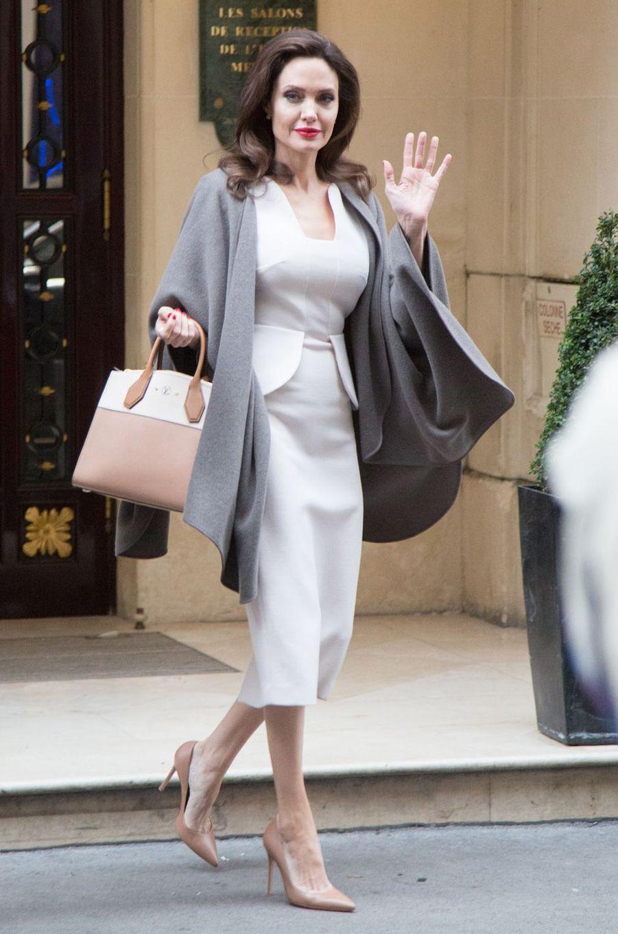Angelina Jolie quitte son hôtel pour aller à l'Elysée rencontrer Brigitte Macron.