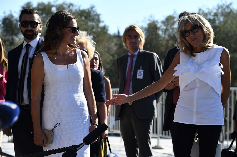 Peristera «Betty» Batziana et Brigitte Macron visitent l'Acropole d'Athènes, jeudi.
