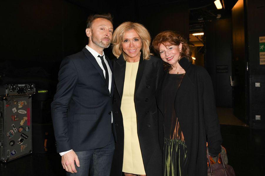 Brigitte Macron aux côtés de Pierre Souchon etAgathe Natanson, lundi soir à l'Olympia.