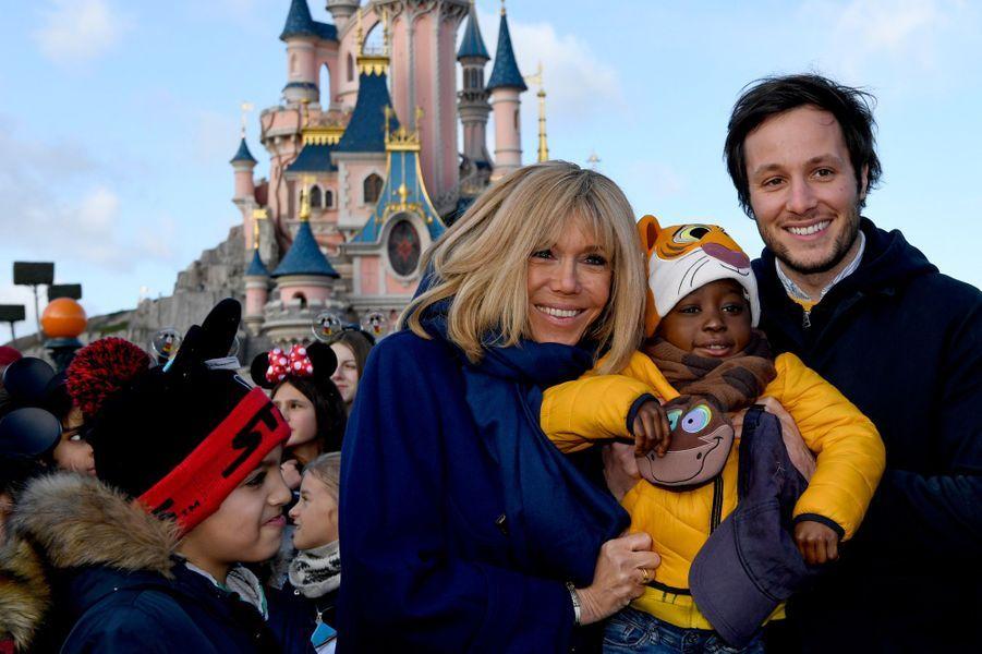 Brigitte Macron et Vianney àDisneyland Paris mercredi dans le cadre de l'Opération Pièces jaunes 2020.