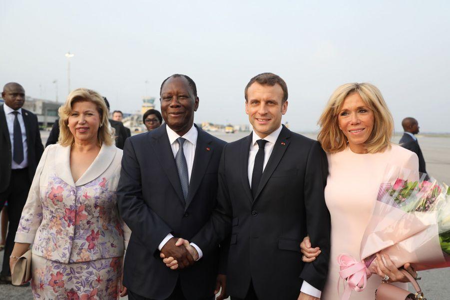 Brigitte Macron, qui accompagne Emmanuel Macron en visite officielle en Côte-d'Ivoire, a participé à plusieurs rencontres en compagnie de Dominique Ouattara, la première dame ivoirienne.