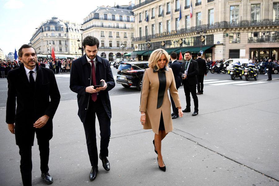 Brigitte Macron avecPierre-Olivier Costa, sondirecteur de cabinet et Tristan Bromet, son chef de cabinet.