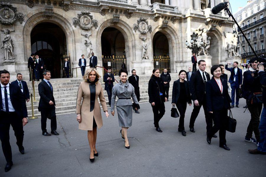 Brigitte Macron etPeng Liyuan visitent ensemble l'Opéra Garnier à Paris.