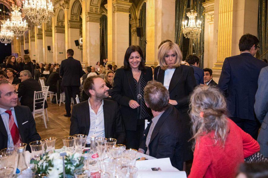 Anne Hidalgo et Brigitte Macron lors du dîner de Gala de la campagne «Guérir le cancer de l'enfant au XXIe siècle».