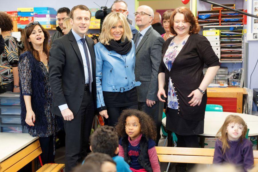 Emmanuel Macron et son épouse Brigitte en visite dans une école d'Hellemmes, dans la banlieue de Lille.