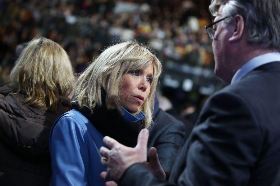Brigitte Macron en discussion avec Jean-Paul Delevoyelors dumeeting au Zénith de Lille.