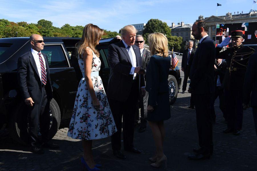 Brigitte Macron salue Donald et Melania Trump lors du défilé du 14 juillet sur les Champs-Elysées.