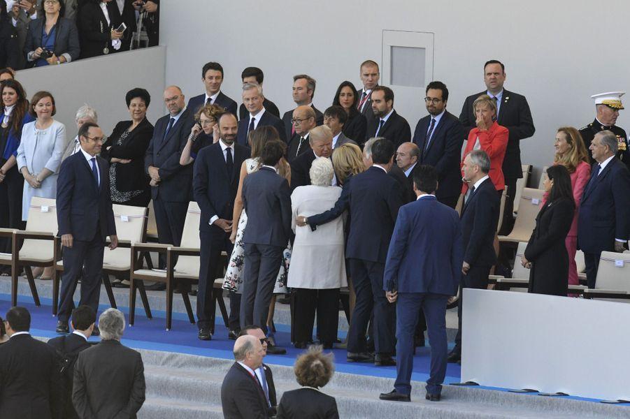Brigitte Macron présente Line Renaud à Donald Trump.