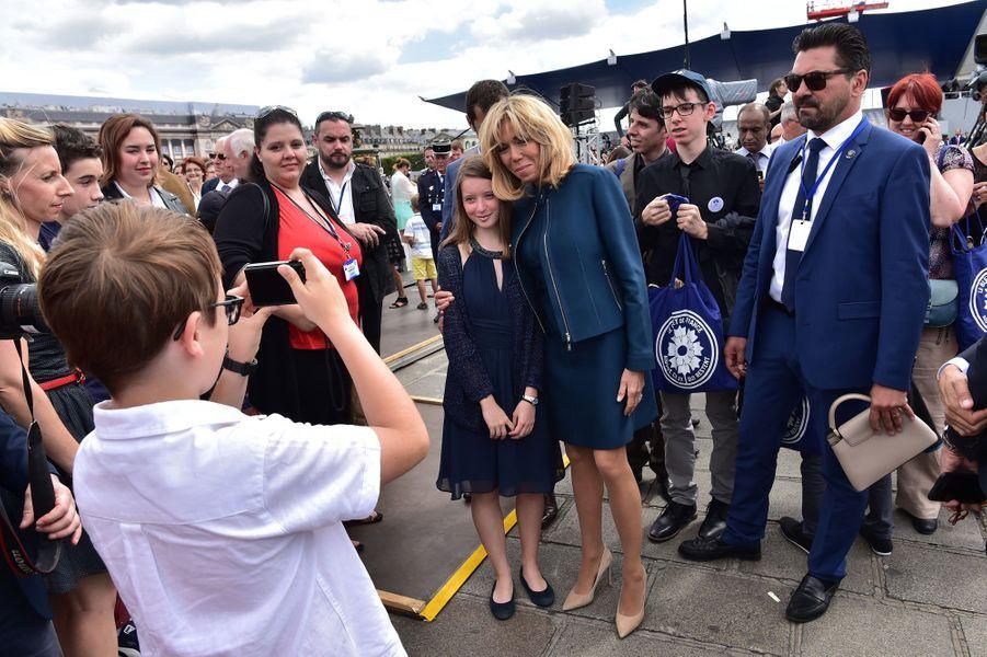 Séance photo pour Brigitte Macron après le défilé.