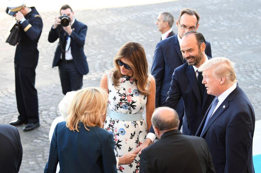 Brigitte Macron présente Line Renaud à Melania Trump lors du défilé du 14 juillet sur les Champs-Elysées.