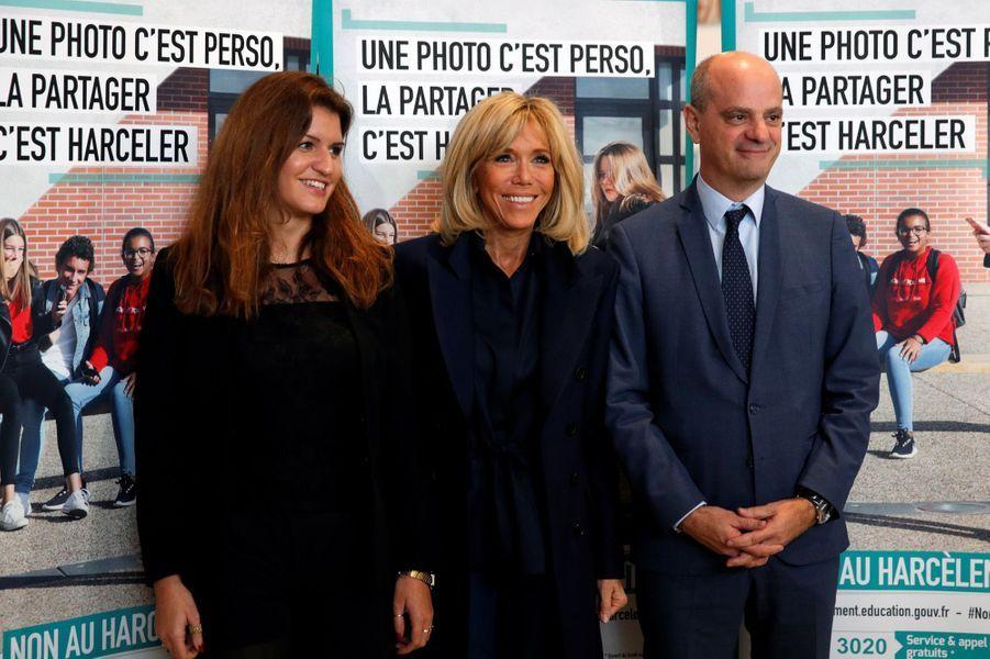 Marlène Schiappa, Brigitte Macron et Jean-Michel Blanquer aucollège des Petits Ponts à Clamart pour évoquer la lutte contre le harcèlement scolaire.