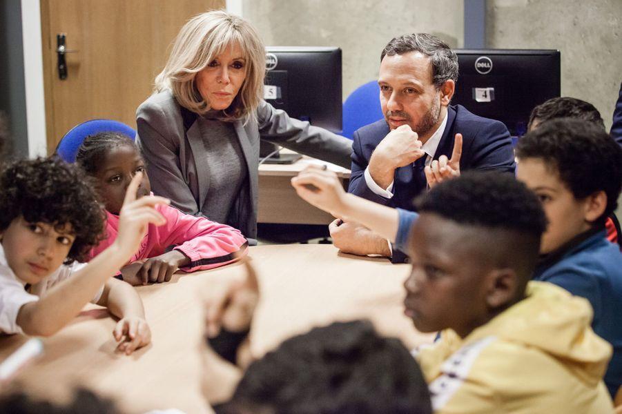 Brigitte MacronetAdrien Taquet,mercredi après-midi,à«La maison bleue»,un centre social et culturel dans le XVIIIe arrondissement de Paris.