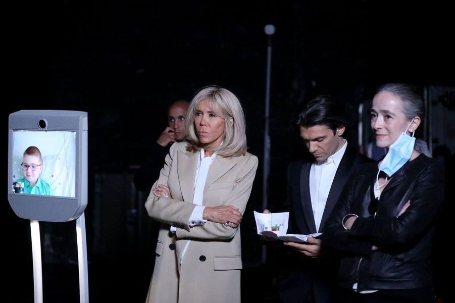 Brigitte Macron, ici avec Gautier Capuçon et Delphine Ernotte, a assisté àl'enregistrement de «Symphonie pour la vie».