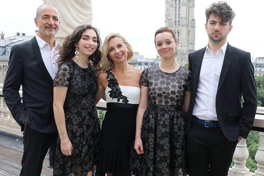 Natalie Dessay a chanté en famille. De gauche à droite : son mari Laurent Naouri, leurs enfants, Neima et Tom, et Rhiannon Mothersele.