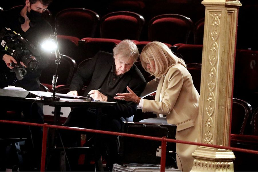 Plantu et Brigitte Macron, au théâtre du Châtelet.