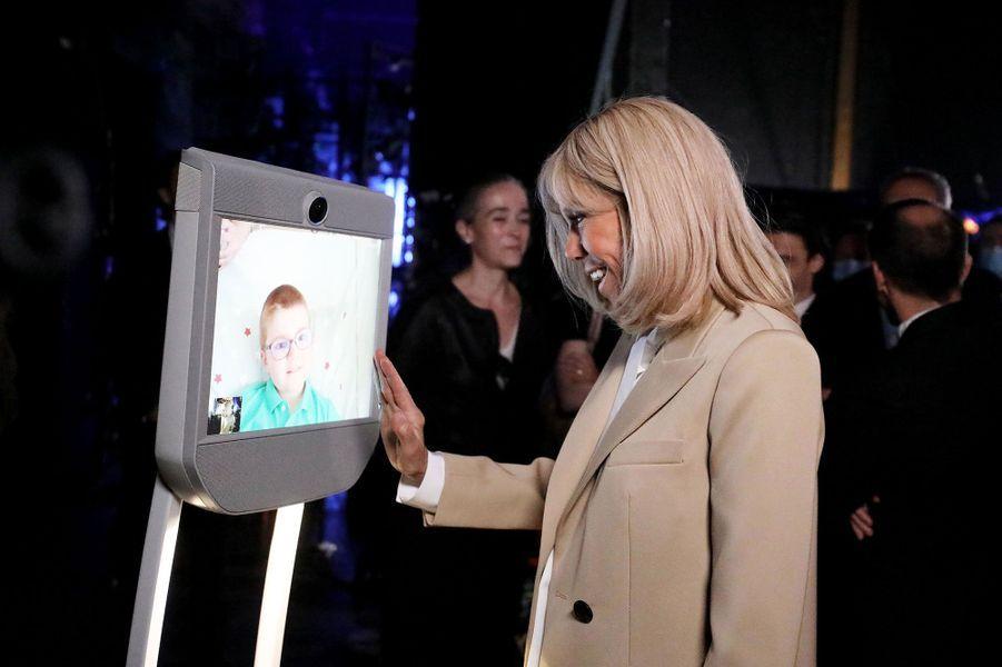Brigitte Macron échange avec Augustin, 8 ans, hospitalisé dans un service de rhumatologie pédiatrique à Lyon. Il a suivi à distance l'enregistrement de l'émission grâce au logiciel Beam, qui permet de garder du lien social dans les hôpitaux et Ehpad.
