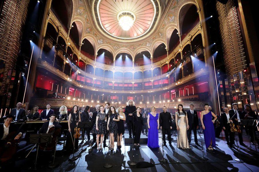 Les artistes ont joué dos à la salle vide, offrant comme décor aux téléspectateurs le majestueux théâtre du Châtelet, rénové en 2019.