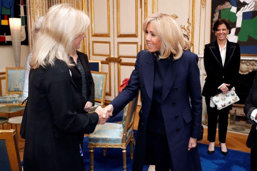 Brigitte Macron salue Karen Hallberg, lauréate pour l'Amérique latine.