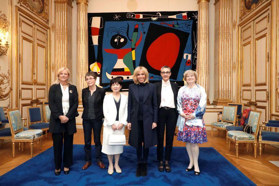 Brigitte Macron est entourée des cinq lauréates : (de gauche à droite) Karen Hallberg, Claire Voisin, Maki Kawai, Najat Aoun Saliba et Ingrid Daubechies.