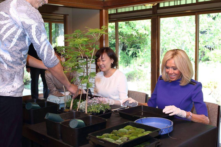 Akie Abe et Brigitte Macron lors d'un atelier consacré à la culture japonaise du bonsaï.