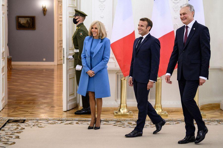 Emmanuel et Brigitte Macron rencontrent le président lituanien Gitanas Nauseda,au palais présidentiel de Vilnius, lundi.
