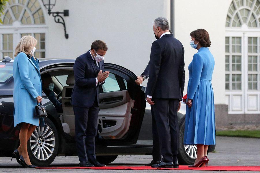 Emmanuel et Brigitte Macron rencontrent le président lituanien Gitanas Nauseda et son épouseDiana Nausediene,au palais présidentiel de Vilnius, lundi.
