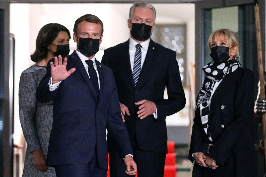Emmanuel et Brigitte Macron ont été reçus par le président lituanien Gitanas Nauseda et son épouseDiana Nausediene,aupalais des Grands Ducs à Vilnius, lundi soir pour un dîner officiel.