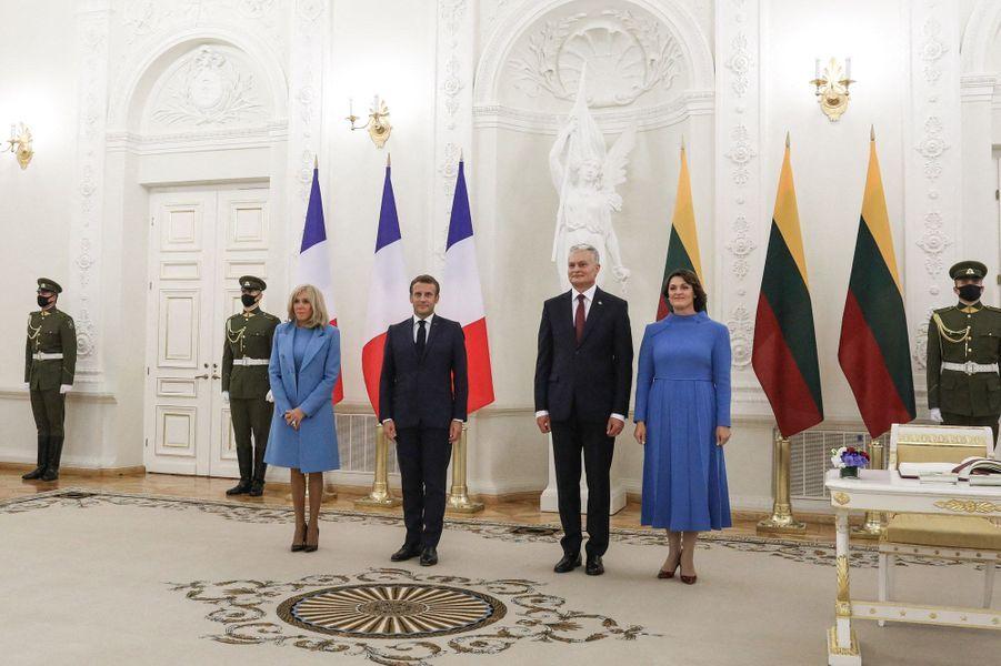 Emmanuel et Brigitte Macron rencontrent le président lituanien Gitanas Nauseda et son épouse Diana Nausediene,au palais présidentiel de Vilnius, lundi.
