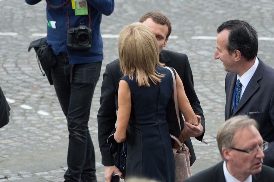 Brigitte et Emmanuel Macron s'embrassent le 14 juillet