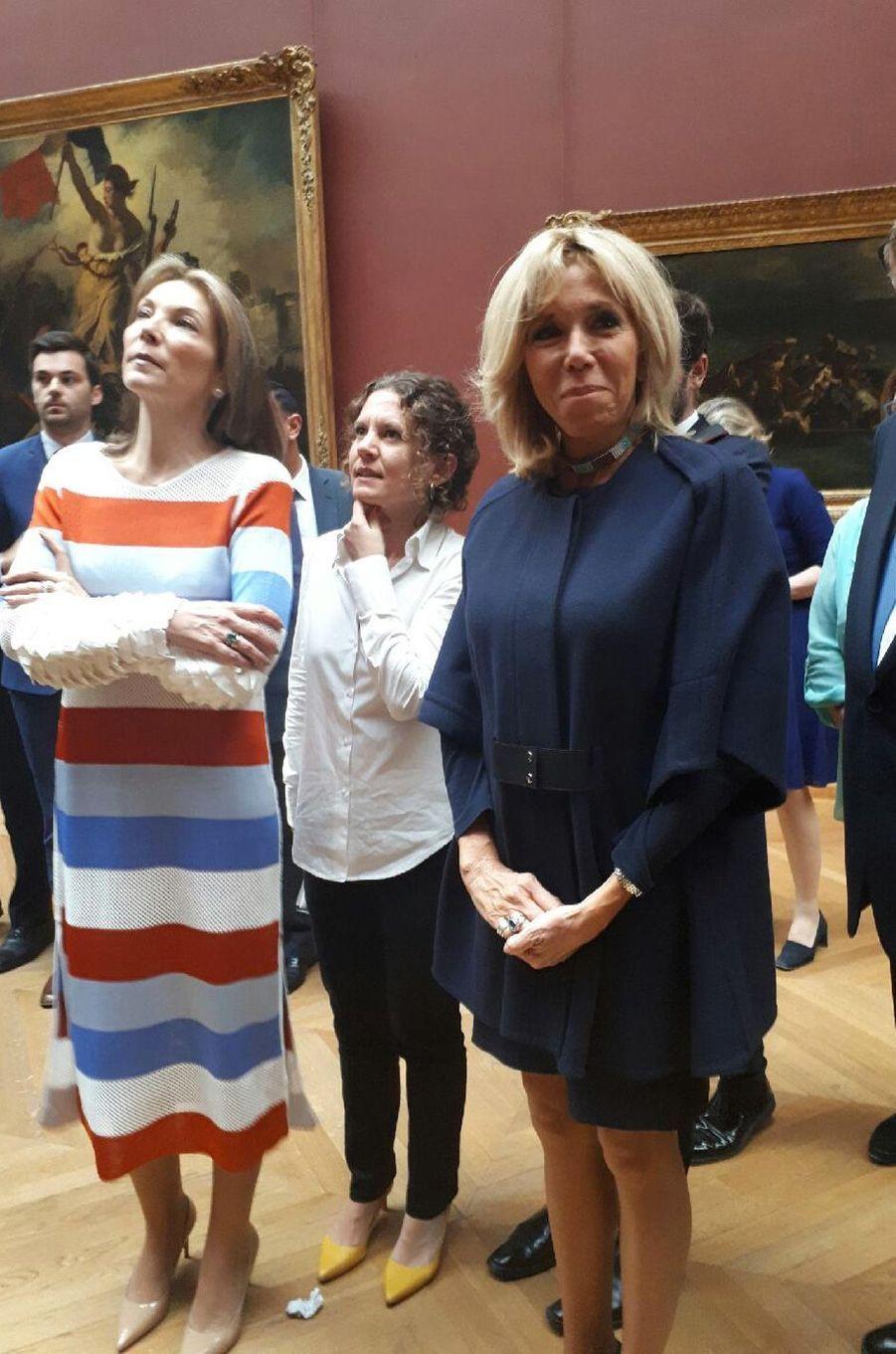 María Clemencia Rodríguez de Santos et Brigitte Macron, mercredi matin au Louvre.