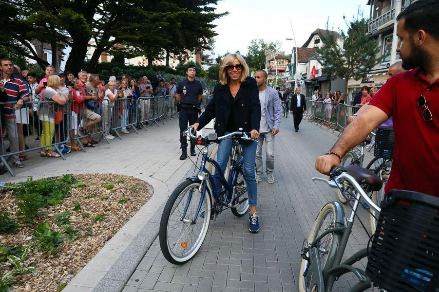 Balade à vélo et bain de foule au Touquet pour le couple présidentiel, le 10 juin, veille du premier tour des législatives.