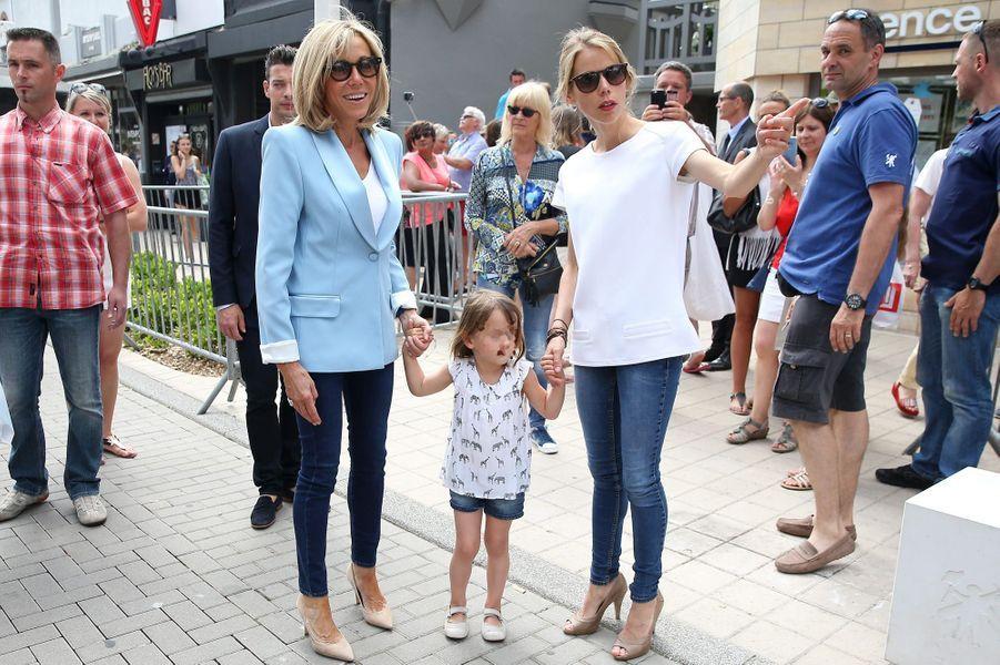 Au Touquet, le 18 juin, Brigitte Macron va voter en famille, avec sa fille Tiphaine Auzière et sa petite-fille Elise.