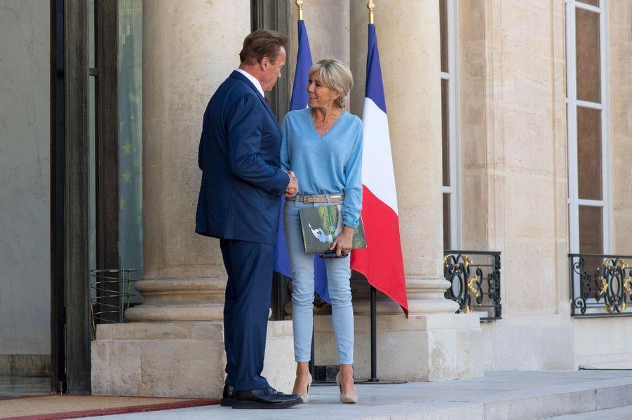 Sur le perron de l'Elysée, Brigitte Macron raccompagne Arnold Schwarzenegger, le 23 juin.