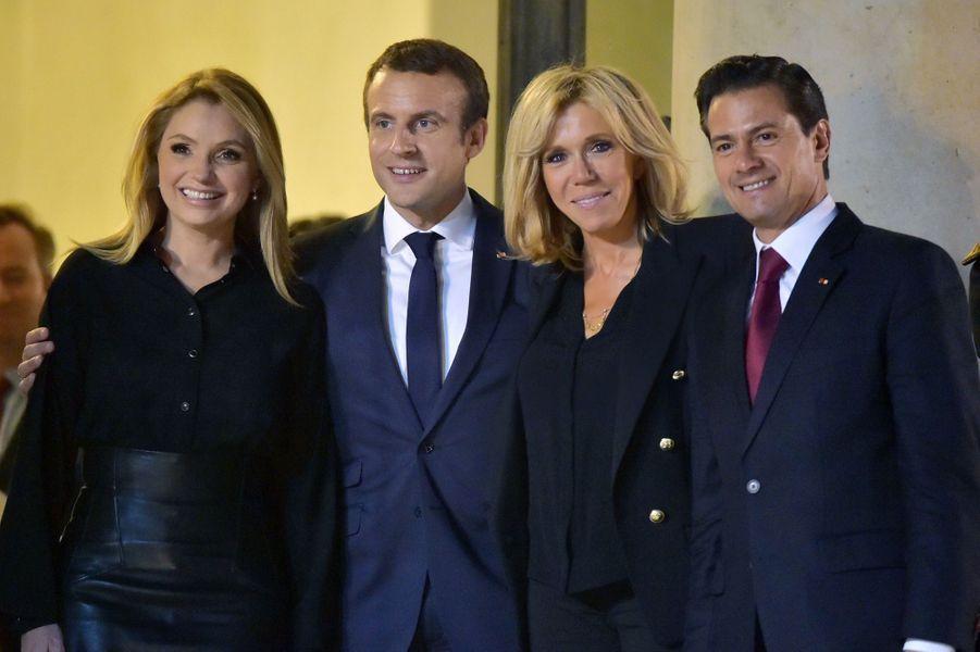 Emmanuel et Brigitte Macron à l'Elysée en compagnie du président mexicain Enrique Pena Nieto et sa femme Angélica Rivera.