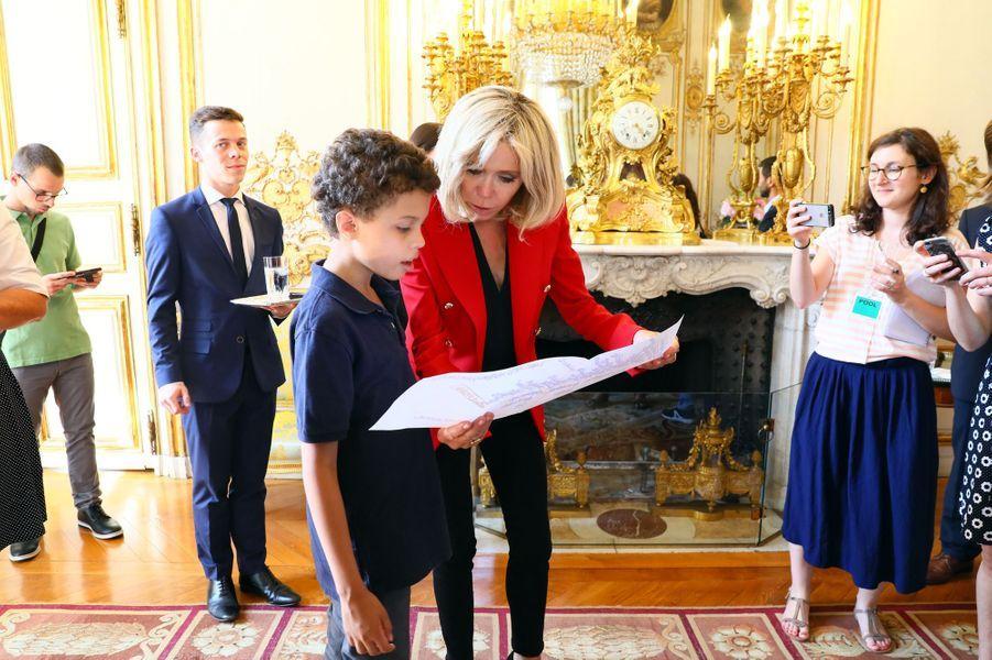 La Première dame et son époux ont reçu à l'Elysée une dizaine de jeunes atteints d'autisme lors du lancement de la concertation autour du quatrième plan autisme, le 6 juillet 2017.