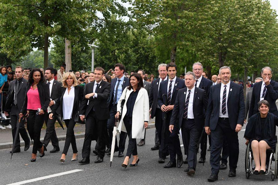 Brigitte Macron et le président de la République en compagnie de la délégation française Paris 2024, à Lausanne, le 10 juillet.