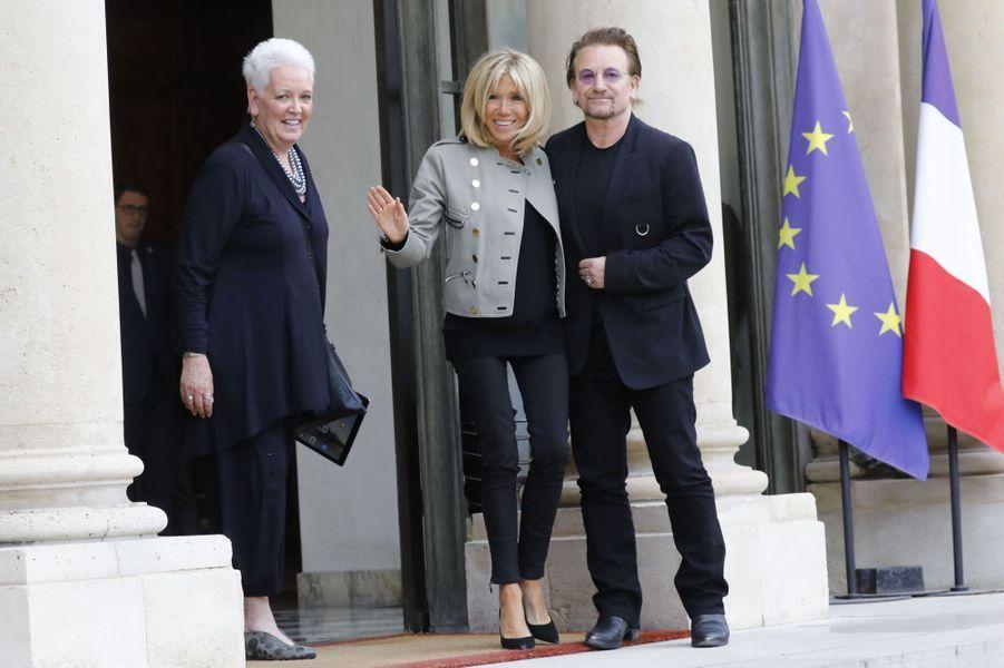 Brigitte Macron et Bono, à l'Elysée le24 juillet 2017.